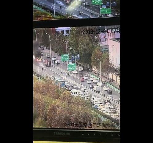 石家庄西二环有车辆意外起火,目前已被扑灭