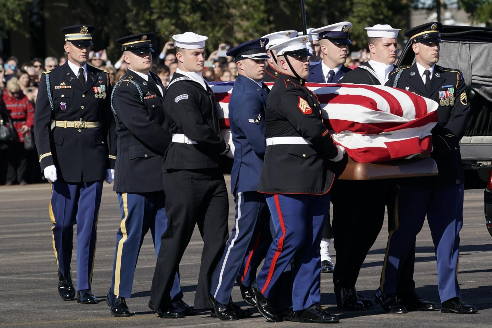 老布什灵柩运抵华盛顿陈列在国会大厦供瞻仰 特朗普将致敬
