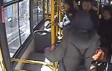 女乘客公交车上殴打驾驶员 警方:女子持有精神残疾证明