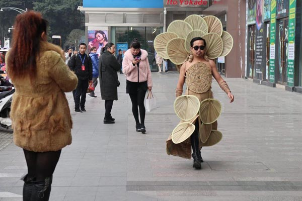 农民进城当设计师 穿奇装异服被称神经病
