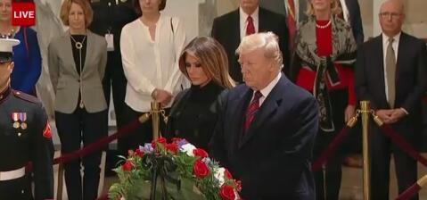 特朗普夫妇瞻仰老布什灵柩,敬了个礼,转身走了......