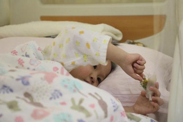 """4岁女童患罕见重病 病房里要""""嫁""""爸爸"""