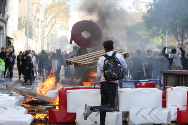 """法国""""黄马甲""""示威发酵 多地高中示威医务人员罢工堵路"""