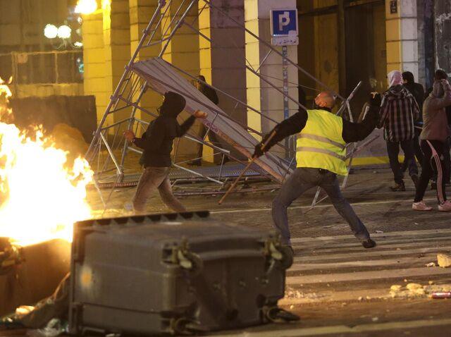 """飞来横祸!""""黄背心""""示威活动殃及民众 老妇惨遭催泪弹击中身亡"""