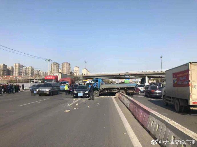 突发!荣乌高速联络线三车连撞,两司机受伤