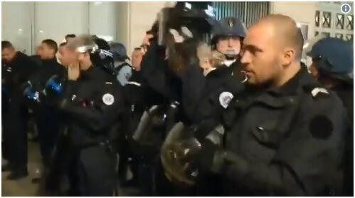 法警察摘下头盔以示友好视频走红网络 暴乱暂时得以平息