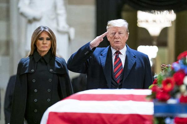 特朗普与第一夫人梅拉尼娅出席前总统老布什国葬典礼