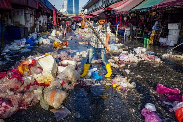 致命的彩色污染!泰国曼谷Khlong Toei市场废弃塑料袋遍地