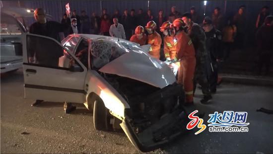 轿车滥用远光灯招来货车相撞 驾驶员被困车内