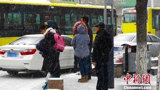 乌鲁木齐降雪航班延误滞留旅客3700余人