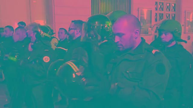 剧情反转?法国警察摘头盔示好