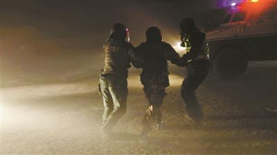 超12级大风袭新疆克拉玛依 武警开重型装甲车救人