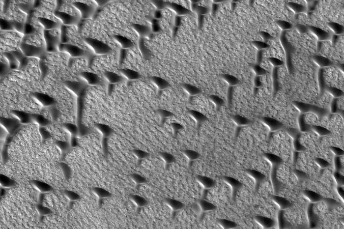 NASA拍到火星奇特的字母状沙丘