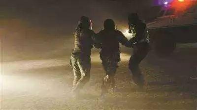 新疆克拉玛依遇47年来最强大风,武警开重型装甲车绝地营救