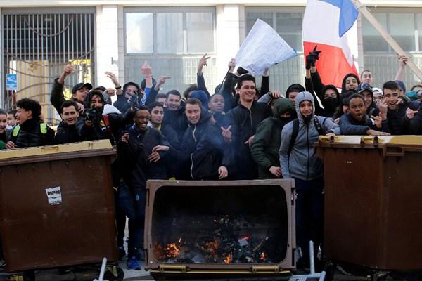 法国学生点燃垃圾箱抗议改革计划