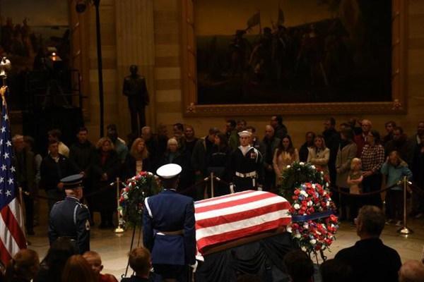 美国民众彻夜排队瞻仰老布什灵柩