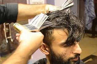 绝活儿!巴基斯坦理发师同时用27把剪刀理发