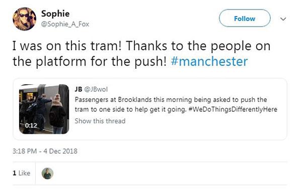 英国一电车被卡车站 司机号召乘客推车破解僵局