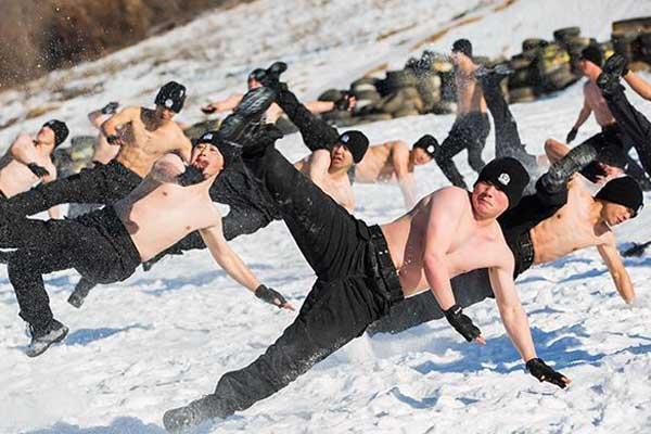 哈尔滨特警零下20℃浴雪赤膊训练