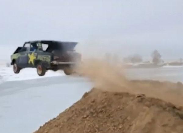 玩命!俄罗斯一男子驾驶着火汽车高速扎进冰湖
