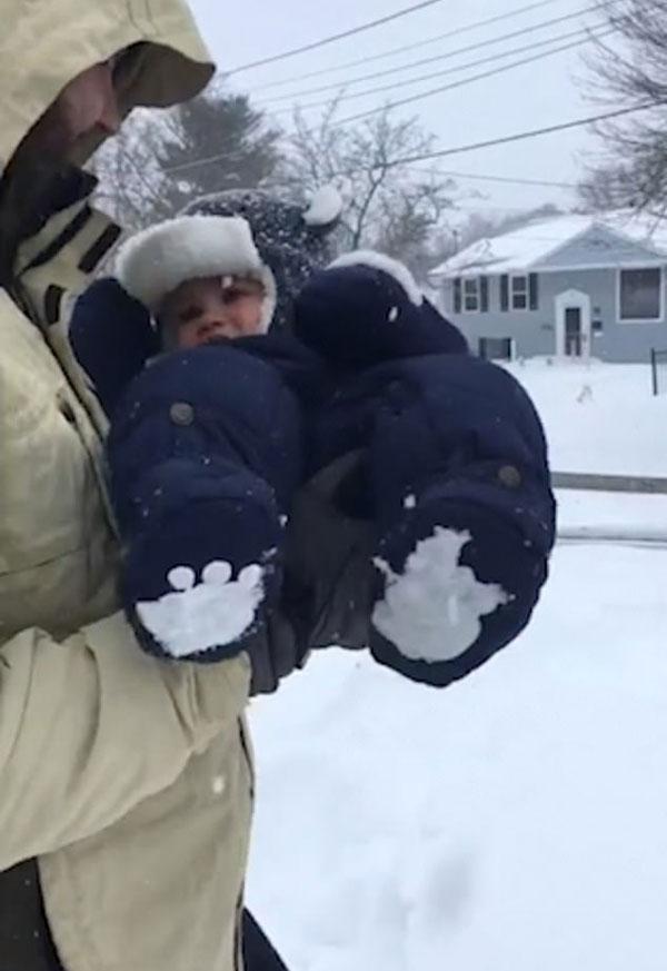 """玩大了!美奶爸将儿子扔厚雪里孩子""""消失"""""""