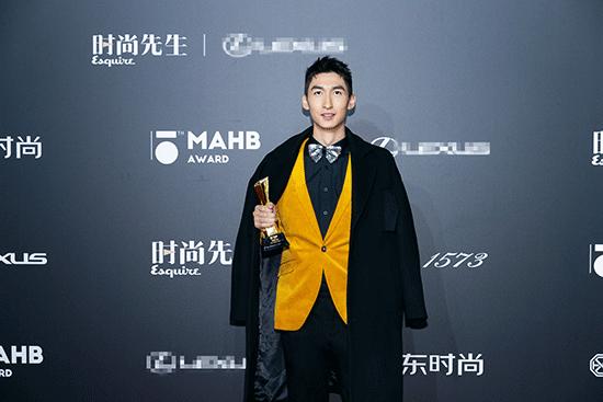 武大靖出席时尚盛典  当选年度先生体育人物