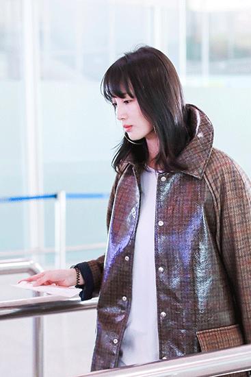 王紫璇格纹大衣帅气有型  秀长腿引领冬季时尚