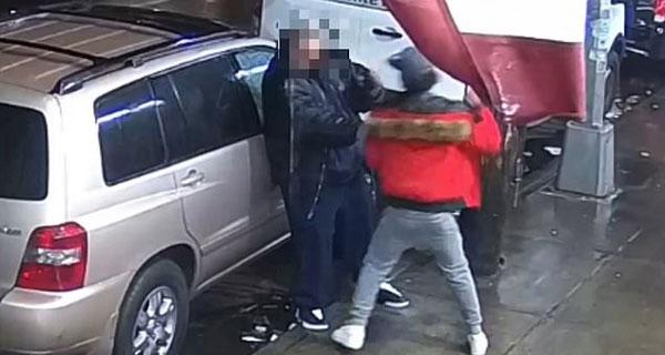 美男子抢劫耳机遭反抗用拳暴打受害者