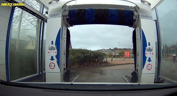 英国一司机洗车遭插队 机智应对获众网友点赞