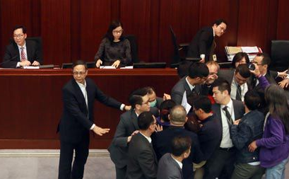 林郑月娥任内第一次,香港反对派议员滋事导致特首答问会取消