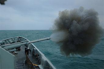 056舰海上举行演练 启动主炮发射炮弹