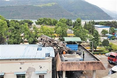 吊车落在污水厂房顶,还砸出两个大洞。