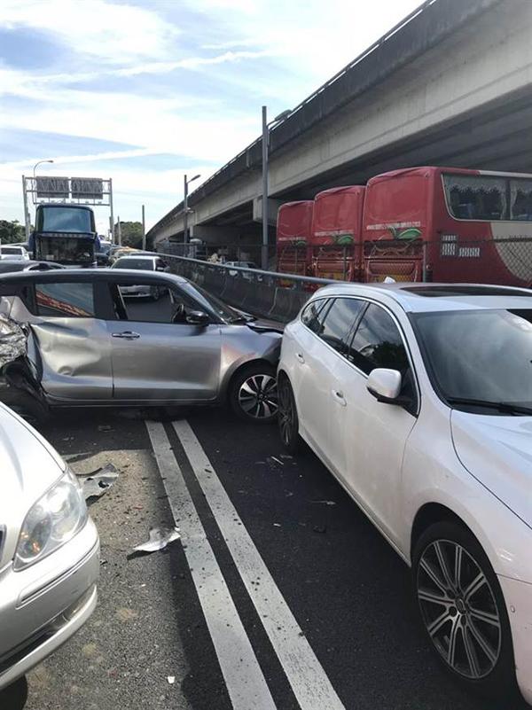 台媒:客运大巴车堤顶交流道刹车失灵 前方7辆轿车被撞