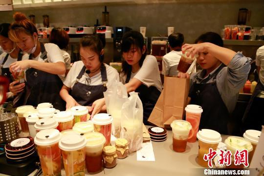 俄媒:奶茶走进俄罗斯 中国美女在俄开茶店