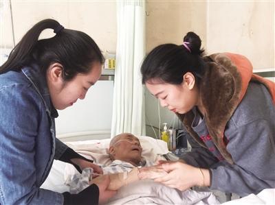 """西安""""最美姐妹花"""":外公生病难自理 姐妹俩悉心照顾"""