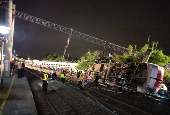 台铁翻覆事故儿童死亡只赔37.8元 亲属含泪痛诉