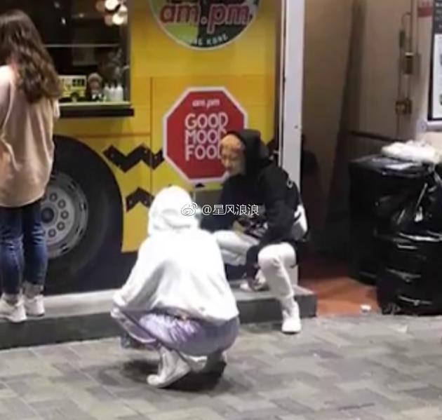 吴卓林与妻子婚后现身街头 蹲地吃甜品很接地气