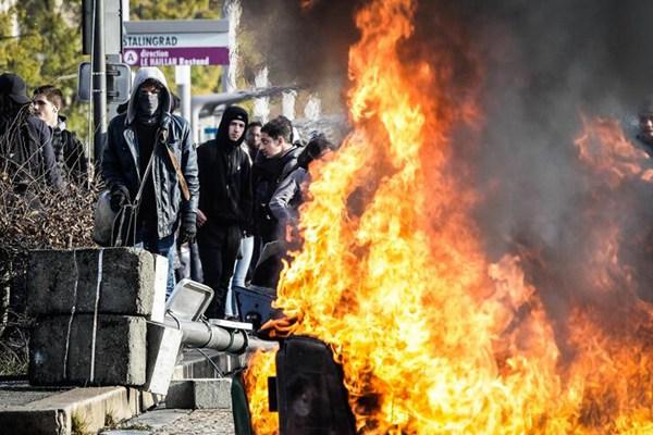 法国学生持续抗议教育改革 放火焚烧路障