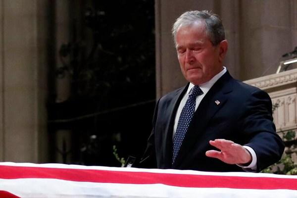 小布什在父亲葬礼上致悼词 情绪激动几度哽咽