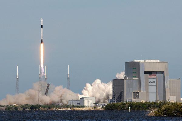 """""""猎鹰9号""""火箭在加州成功发射 第一级助推器未降指定位置"""