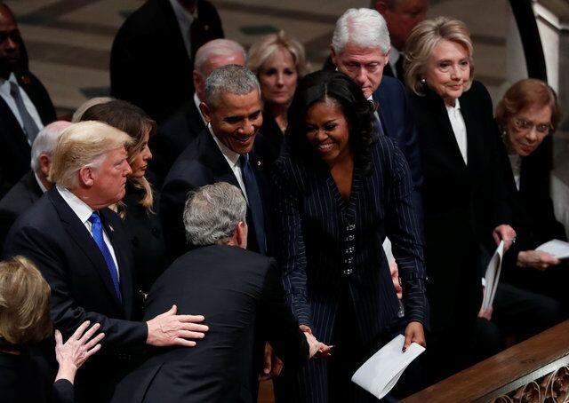 老布什国葬仪式现场:小布什又塞东西给米歇尔 后者笑着接受