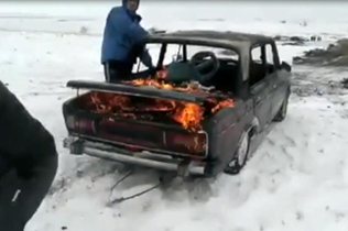 玩命!俄罗斯一夫君驾驶着火汽车高速扎进冰湖