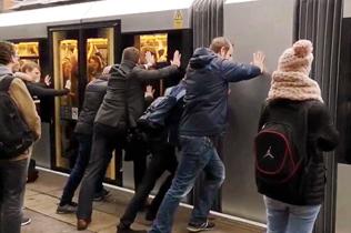 英国一电车被卡车站 司机招呼搭客推车破解僵局