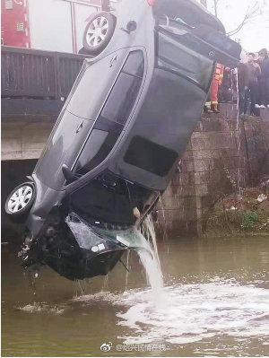 绍兴越城区城南一轿车坠河,车内男司机不幸身亡