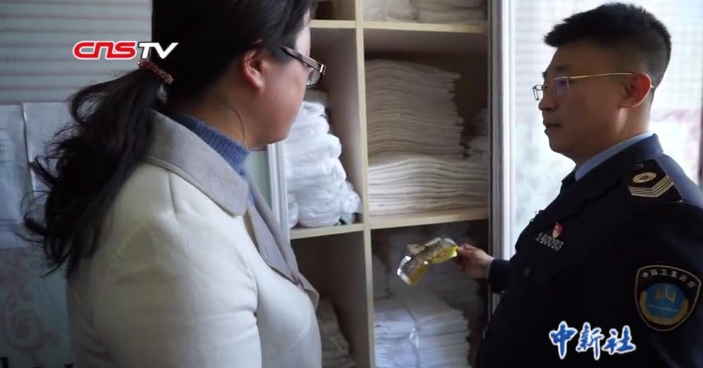 山西执法人员检查酒店:浴巾杂物堆放一起