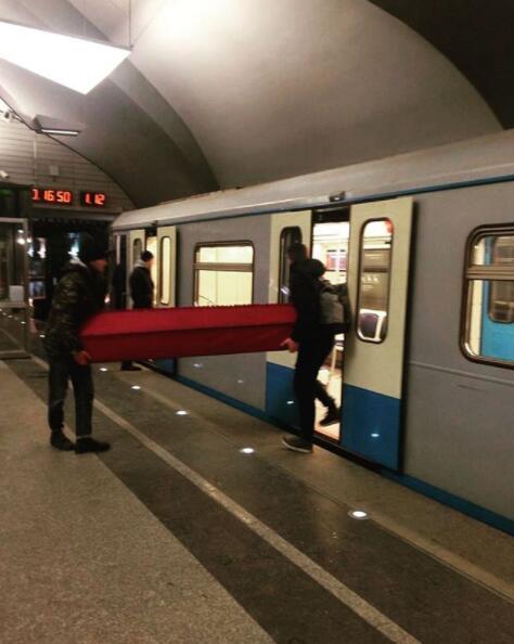 莫斯科地铁神奇一幕:两人抬着棺材坐地铁