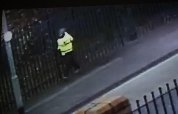 英男子接孩子放学时在学校门口遭枪杀