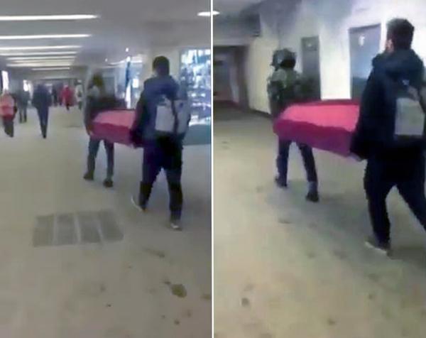 俄两男子抬棺材乘地铁 地铁方面称未违反规定
