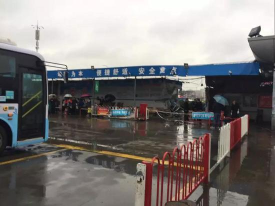 宁波奉化公交车失控冲撞候车室 乘客一死一伤