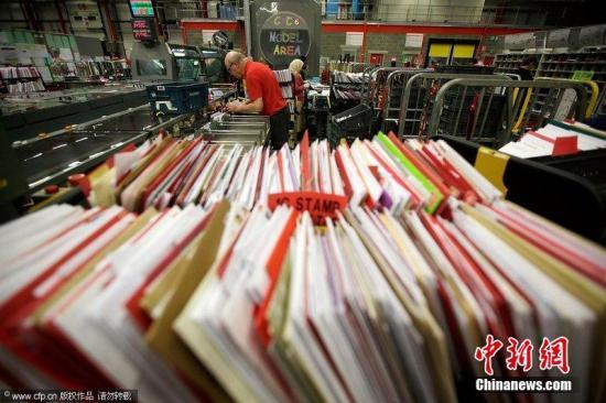 """英国邮费上涨 民众网购""""循环邮票""""减少负担"""